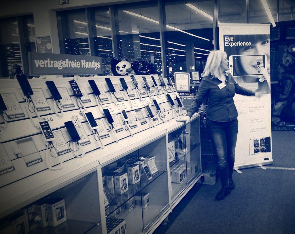 Sales Promotorin bei Verkaufsunterstüzung im Zuge einer Smartphone Consumer Sales Promotion Saturn Österreich