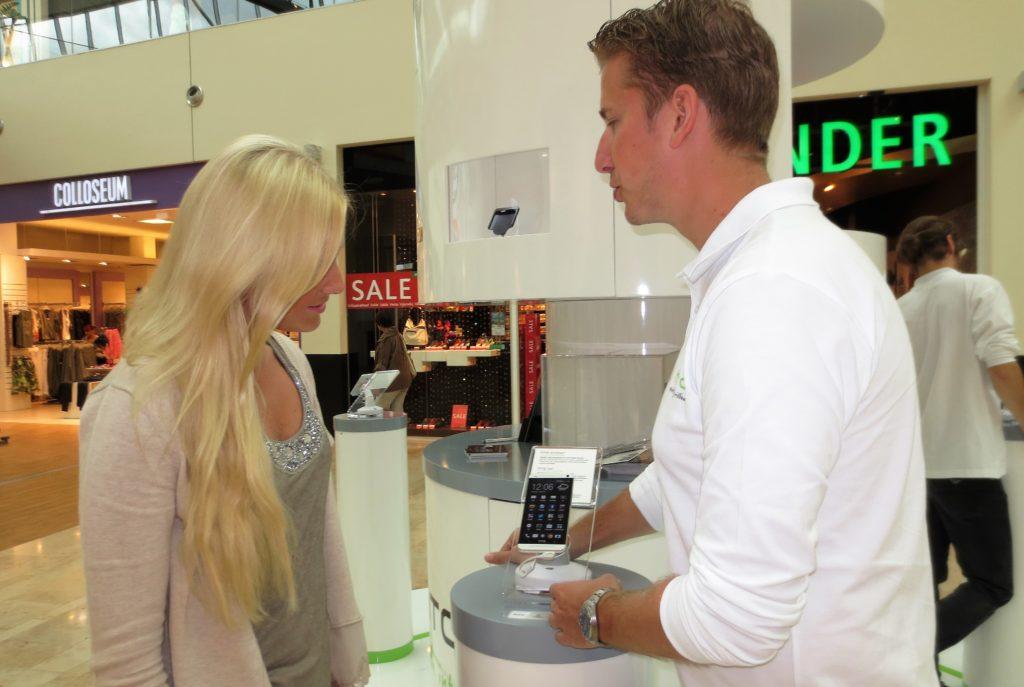 Kundenberatung durch Sales Promotor im Rahmen einer Roadshow und Consumer Sales Promotion für Smartphones in österreichischen Einkaufszentren