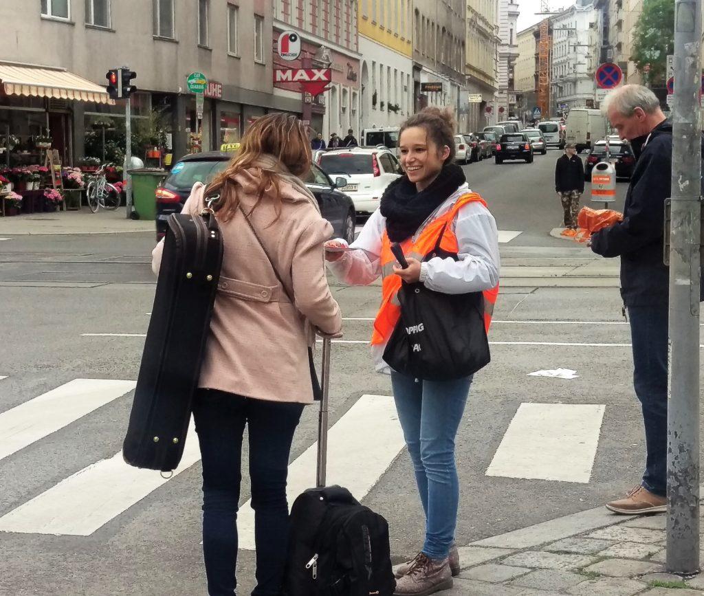 Promotorin bei Flyer Verteilung im Rahmen einer Kreuzungs-/Streetpromotion