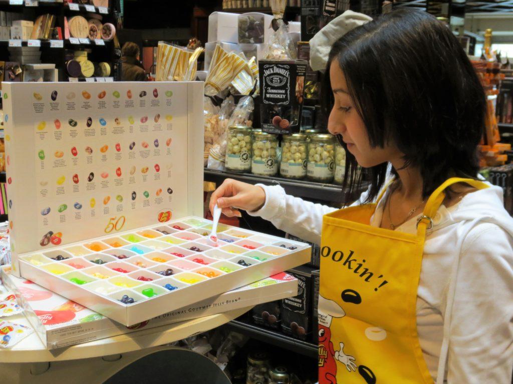 Promotorin bei Verkaufsunterstützung im Zuge einer POS Promotion und Verkostung im Lebensmittel Handel